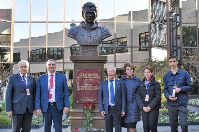 В аэропорту Сочи открыли бюст космонавта Виталия Севастьянова